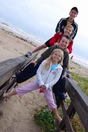 2007_nov_padre_beach_kids_on_fence_