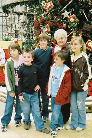 Kids_with_grandma