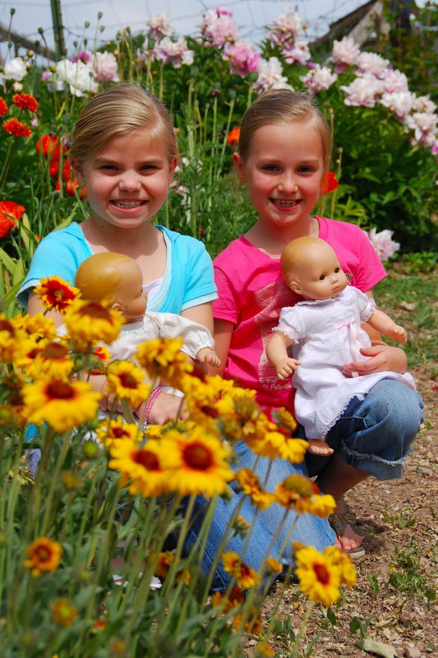 2007_june_girls_and_grandmas_flowers_4_0